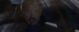 Stark contacta a Rhodes para pedirle su contraseña
