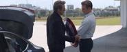 Stark le devuelve su escudo a Rogers