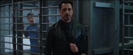Stark escuchando a Barton
