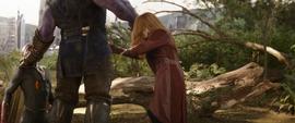 Wanda se acerca a Thanos