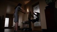 Aida empuja a Fitz antes de escapar