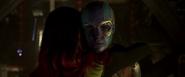 Nebula acepta el abrazo de Gamora