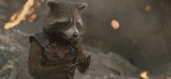 Rocket sostiene una rama de Groot