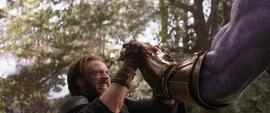 Rogers sostiene la mano de Thanos