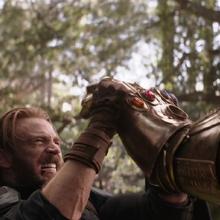 Rogers sostiene la mano de Thanos.png