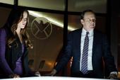 Skye cooperando con Coulson