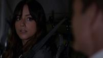 Skye habla con Coulson durante el viaje
