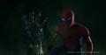 Parker descubre la mano de Stark salir de su tumba