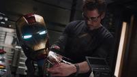 Stark reparando su casco dañado