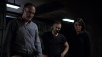 Johnson Coulson y Hunter tras separar a Fitz del Monolito