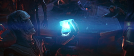 Maw le entrega el Teseracto a Thanos