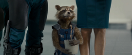 Rocket carga la maceta de Groot