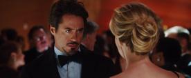 Christine Everhart le muestra unas fotografias a Stark - Iron Man