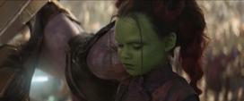 Gamora pone su daga en equilibrio