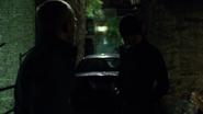 Daredevil interrogando a John Healy