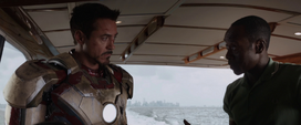 Rhodes acompaña a Stark en el yate