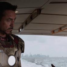 Rhodes acompaña a Stark en el yate.png