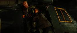 Elizabeth y su padre escapan del helicóptero