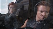 Hawkeye maneja Quinjet con Romanoff