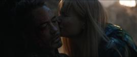 Potts besa a Stark después de su muerte