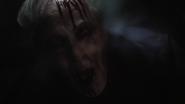 Malick grita mientras su cráneo es aplastado por Johnson