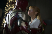 Stark controla la Mark 42 para pasar el tiempo con Potts