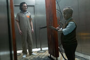 ロボット探知機の部屋に入るロキ