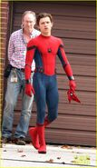 Tom-holland-looks-buff-while-filming-spider-man-in-nyc-02