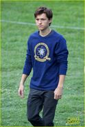 Tom-holland-wears-school-sweatshirt-on-spider-man-homecoming-set-02