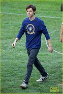 Tom-holland-wears-school-sweatshirt-on-spider-man-homecoming-set-01