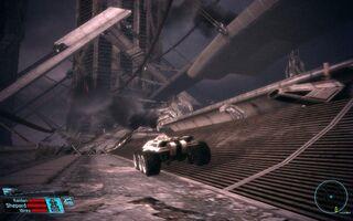 Transporter Mako przemierza proteańskie ruiny na Feros