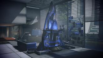Un frammento della Sovereign ed il terminale del computer con i dati della nave