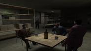 Макс кидает коктейль Молотова в криминальную семью