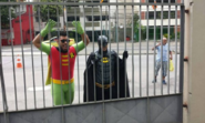 Vestidos de Batman e Robin, professores vão para local de prova errado