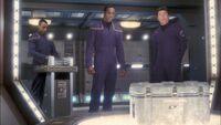 Załogant dywizji dowodzenia obsługuje transporter w 2151