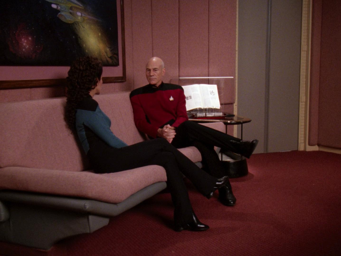 Bereitschaftsraum Enterprise-D Sofa.jpg