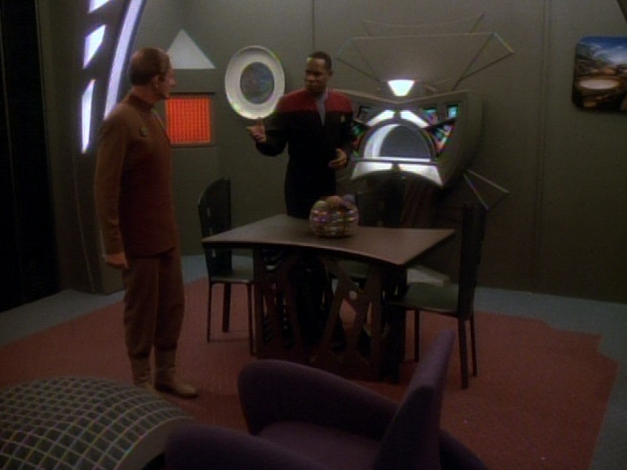 Sisko und Odo begutachten Quartier.jpg