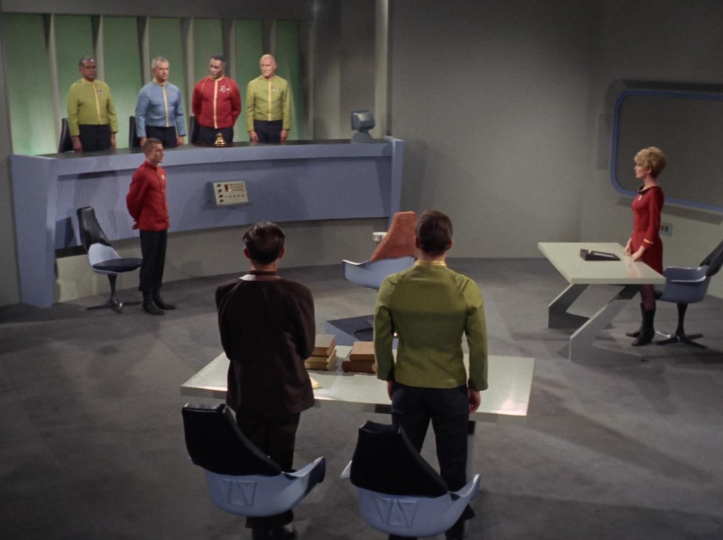 Kirk vor einem Kriegsgericht.jpg