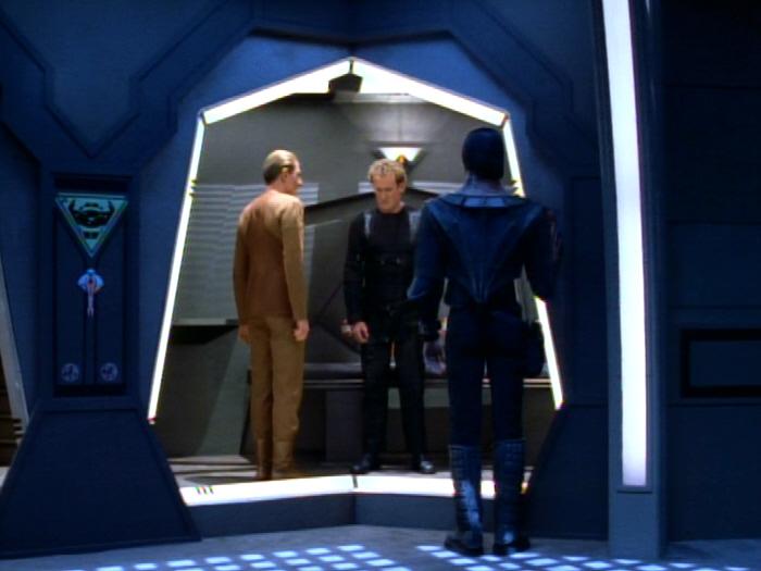 Odo besucht O'Brien in der Arrestzelle.jpg