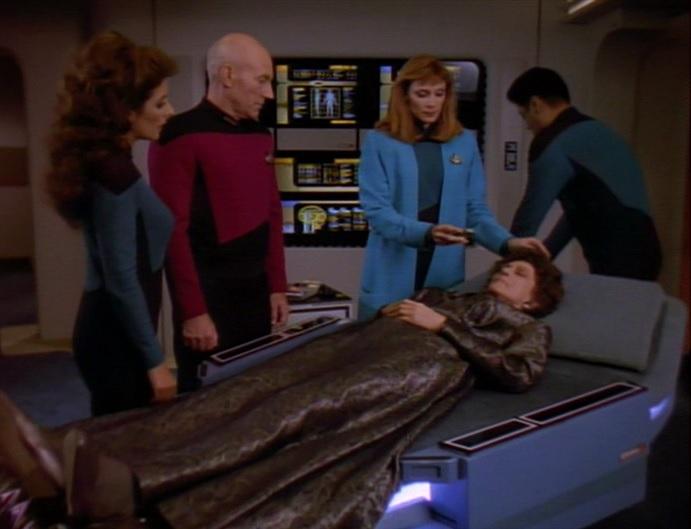 Crusher kümmert sich um Lwaxana Troi.jpg