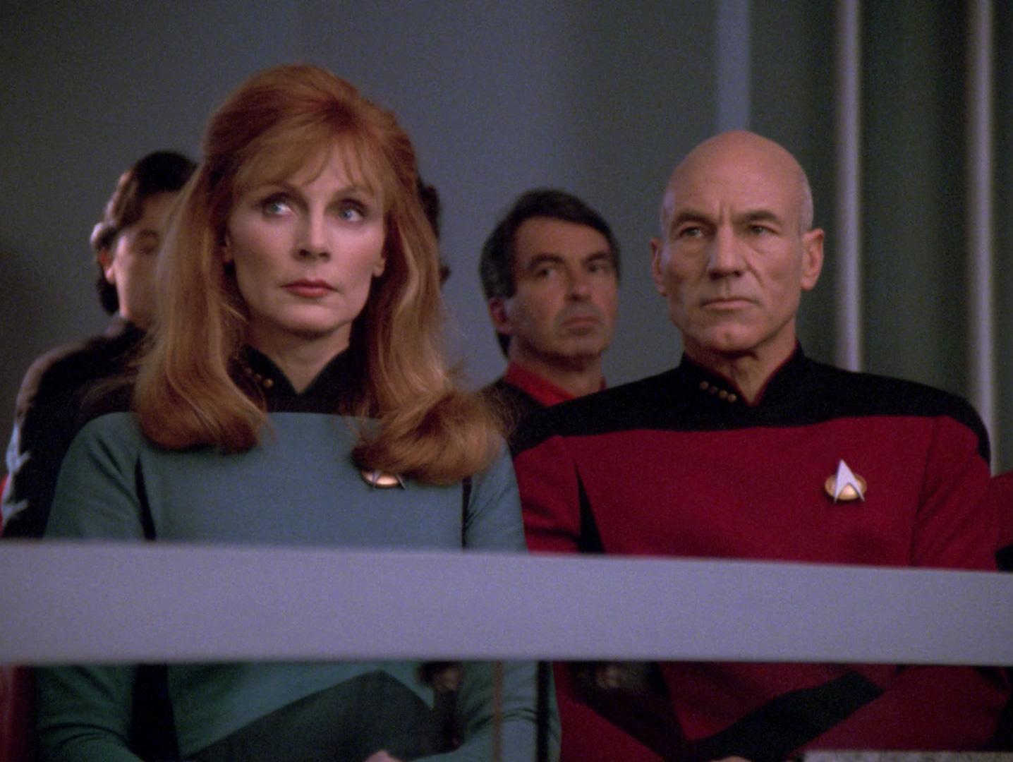 Crusher und Picard bei der Anhörung von Wesley.jpg