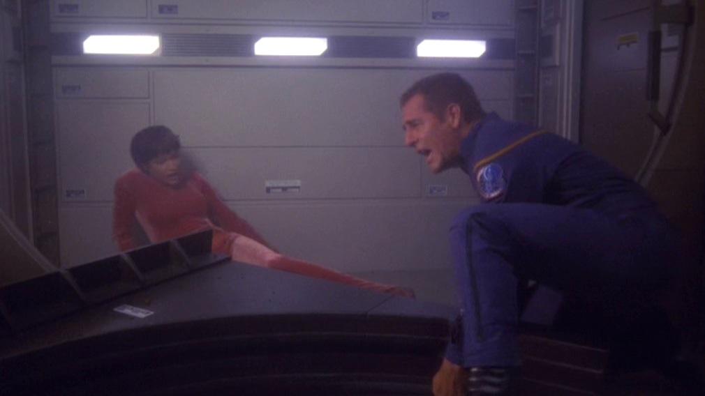 Archer rettet T'Pol.jpg