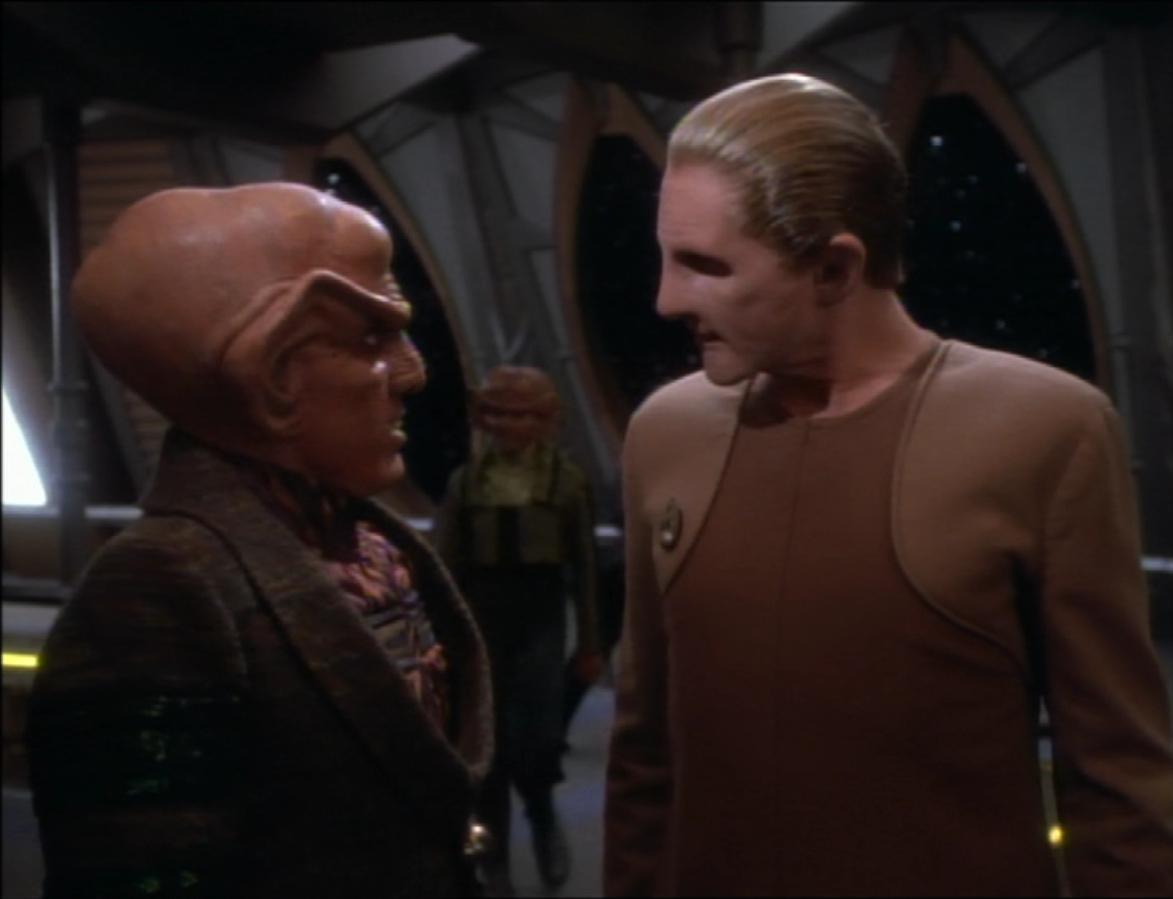 Quark und Odo unterhalten sich 2370.jpg