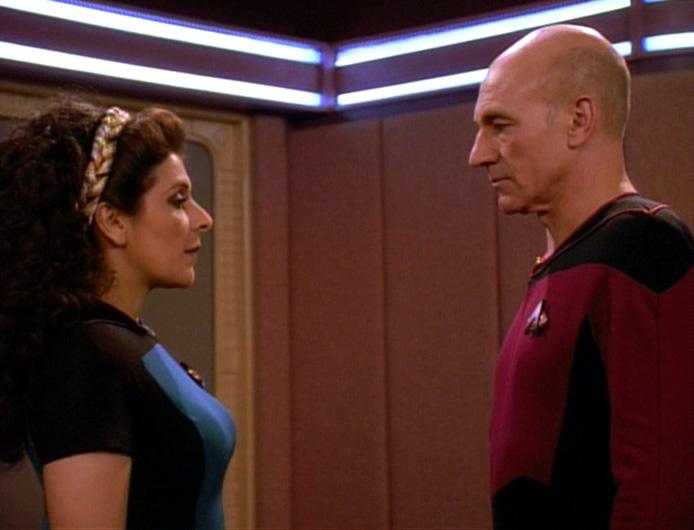 Troi teilt Picard Bedenken mit.jpg