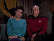 Picard und ein weibliches Besatzungsmitglied bei Datas Gedichtslesung 2369
