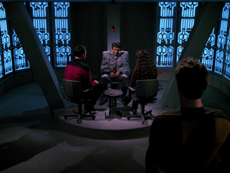 Riker und Troi verhören Setal.jpg