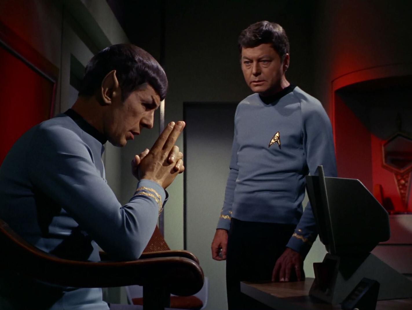 McCoy und Spock besprechen das Schicksal von Kirk.jpg