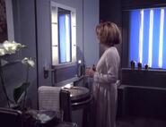 Janeway in ihrem Badezimmer
