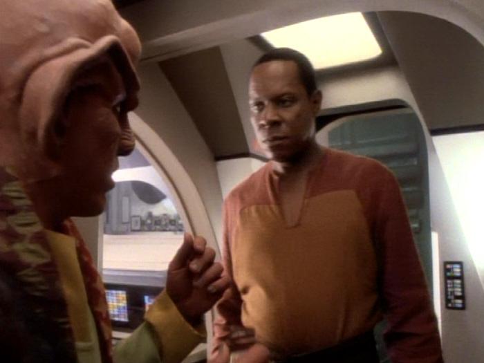 Quark informiert Sisko über das Halsband.jpg