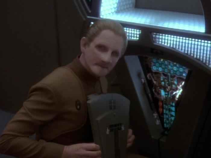Odo zeigt Sisko manipulierten Replikator.jpg